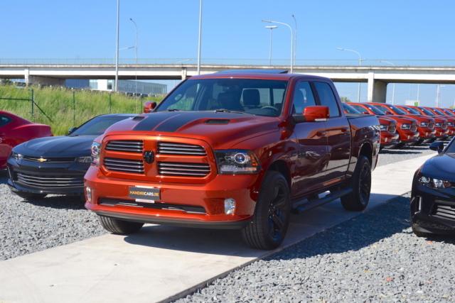 Front en zijaanzicht van linkerzijde 2017 Dodge Ram Copper 4WD Crew Cab Sport