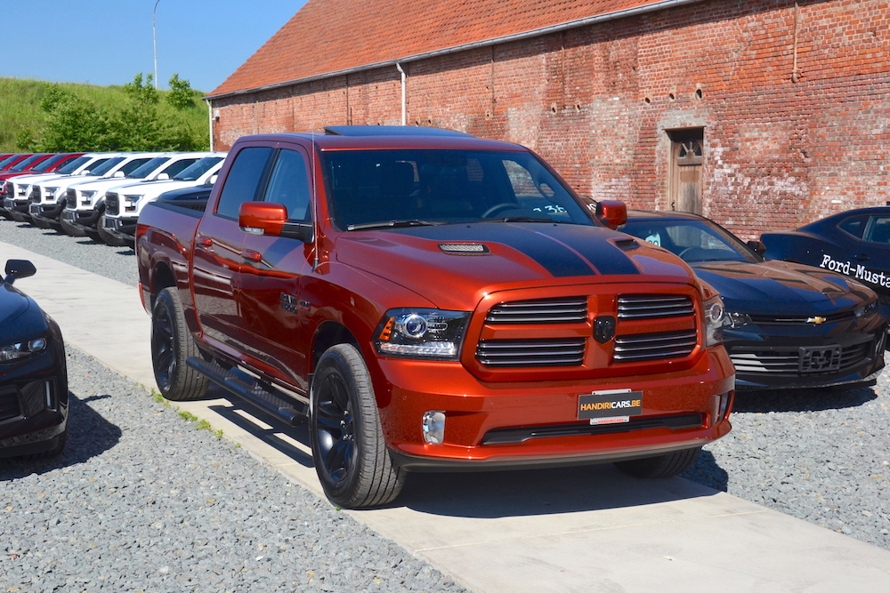 Front en zijaanzicht van rechterzijde 2017 Dodge Ram Copper 4WD Crew Cab Sport