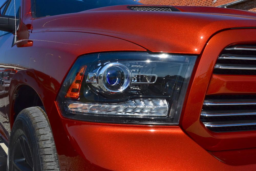 Detailzicht op de koplamp van de 2017 Dodge Ram Copper 4WD Crew Cab Sport